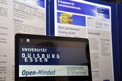 Ein Laptop mit dem Uni-Logo beim E-Learning-Netzwerktag