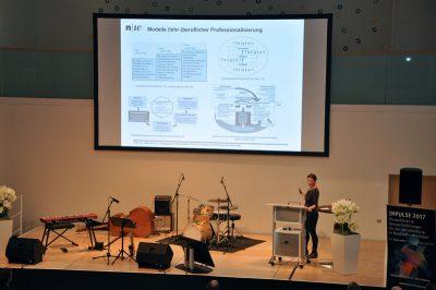 Key-Note-Speakerin Dr. Julia Kosinar auf der Bühne
