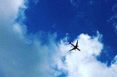 Ein Flugzeug vor blauem Himmel