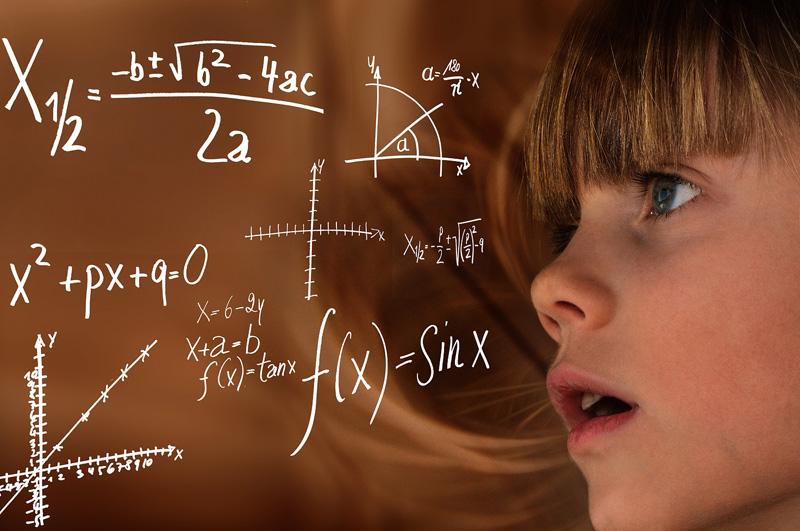 Mädchen schaut auf mathematische Formeln
