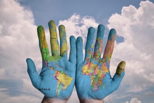 Zwei Hände mit Weltkarten-Bemalung