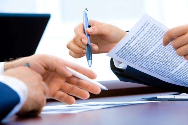 Hände mit Stift und Papier