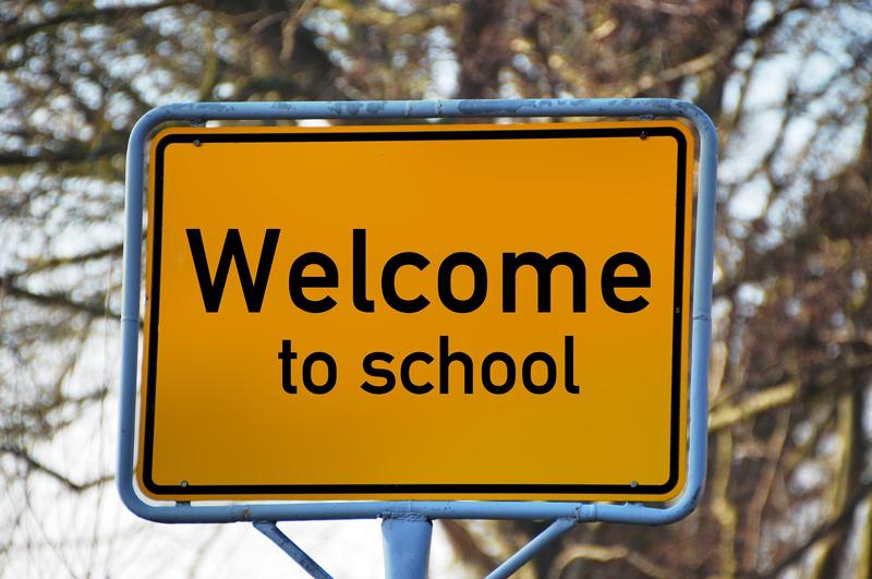 Verkehrsschild mit der Aufschrift Welcome to School