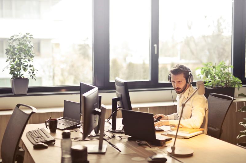 Ein Mann mit Headset sitzt am Computer