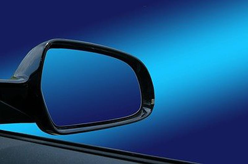 Ein Seitenspiegel von einem Auto