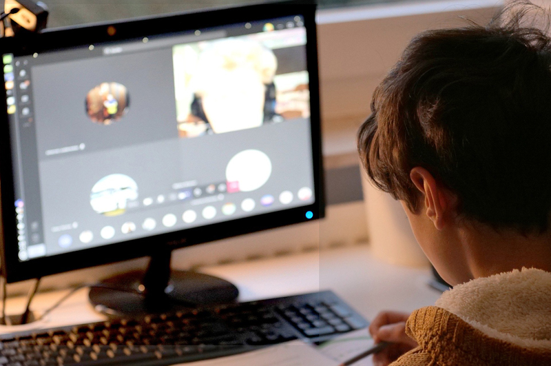 Kind sitzt vor einem Bildschirm und lernt