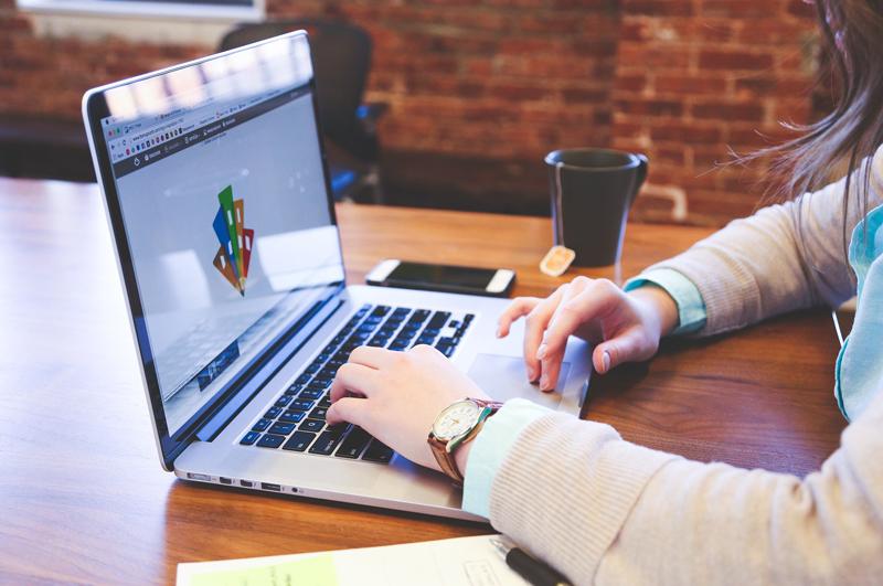 Eine Frau tippt auf einem Laptop