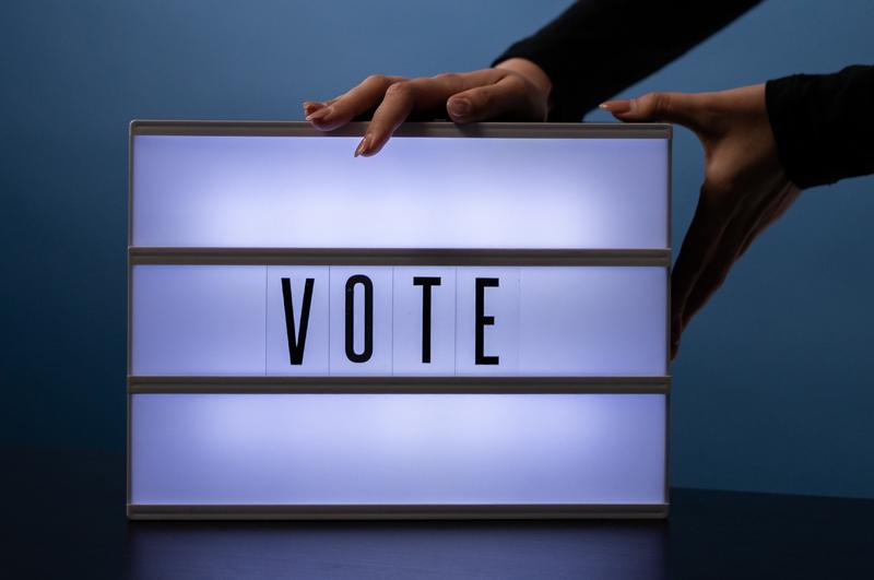 Ein Leuchtschild mit der Aufschrift Vote