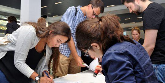 Studierende bei der Anmeldung zur Herbstschule 2017