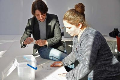 Dr. Andrea Geisler und Dilek Gürsoy-Posse bei der Auszählung der Stimmen