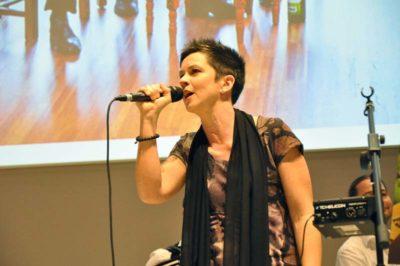 Die Sängerin der Band Crêpe Suzette
