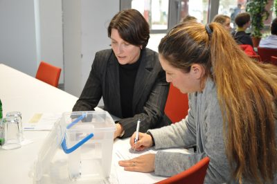 Dr. Andrea Geisler und Dilek Gürsoy-Posse vom ZLB zählen die Stimmen bei der Mitgliederversammlung aus
