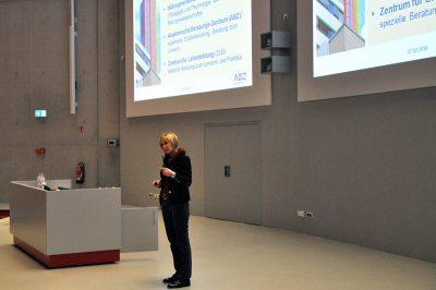Ursula Reuschenbach vom Zentrum für Lehrerbildung der UDE beim Schülerinfotag 2018