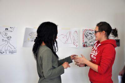 Teilnehmende am Voluntary Academic Year betrachten Arbeitsergebnisse