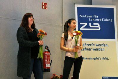 SHKs verteilen Blumen