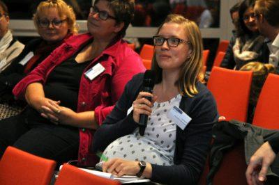 Teilnehmende stellen Fragen beim Symposium Inklusion für berufliche Bildung