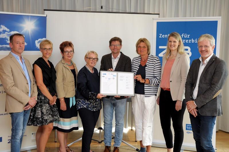 Die Partner aus UDE und ZfsL nach der Unterzeichnung des Letter of Intent
