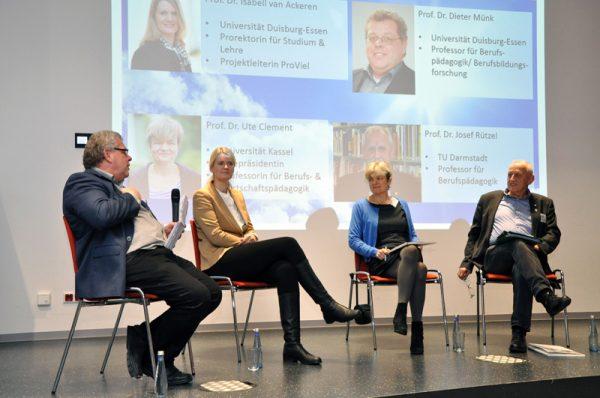 Podiumsdiskussion beim Symposium Inklusion für das berufliche Schulwesen