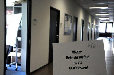 """Der ZLB-Flur mit einem Schild mit der Aufschrift """"Wegen Betriebsausflug heute geschlossen!"""""""