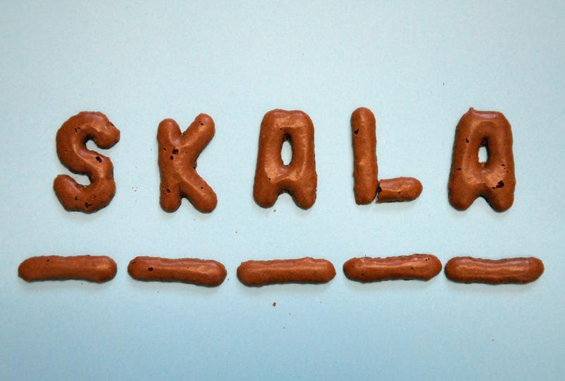 Das Wort SkaLa aus Buchstaben-Keksen